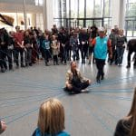 In Aktion für Jung und Alt in der Halle eines Museums