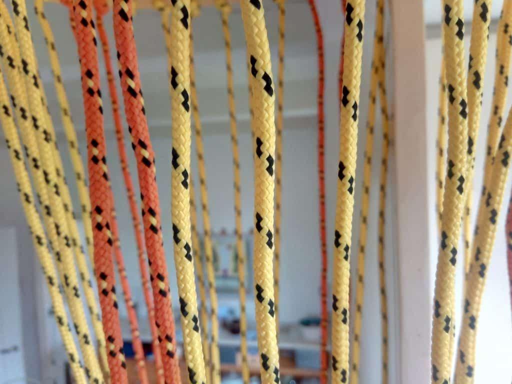 Supersterke vrolijk oranje en zonnegele touwen in het zonnestralenspel